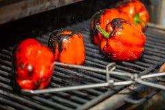 红色被切在格栅特写镜头的胡椒 在开火烘烤的新鲜的辣椒粉 免版税库存照片