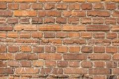红色被毁坏的砖老房子墙壁  免版税库存照片