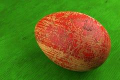 红色被绘的复活节彩蛋 库存例证