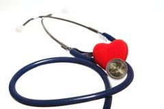 红色被隔绝的心脏和一个蓝色听诊器 库存照片