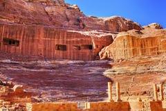 红色被雕刻的圆形剧场剧院Siq Petra约旦 图库摄影