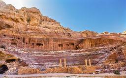 红色被雕刻的圆形剧场剧院Siq Petra约旦 免版税库存照片