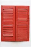 红色被绘的木窗扉Windows 免版税图库摄影