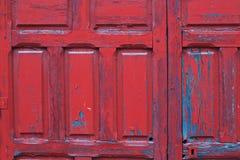红色被绘的木门框细节背景 免版税库存图片