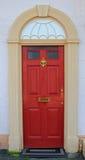 红色被绘的门,英国房子入口 免版税库存照片