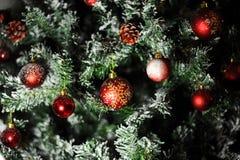 红色装饰品球圣诞树 库存图片