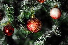 红色装饰品球圣诞树 免版税库存照片