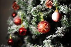 红色装饰品球圣诞树 免版税图库摄影