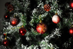 红色装饰品球圣诞树 图库摄影