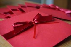 红色装饰的信封小包为书面公告笔记做准备 库存照片