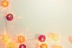 红色装饰的电灯泡和黄色球光 图库摄影