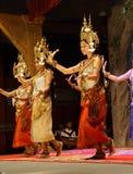 红色裙子的Apsara舞蹈家 免版税库存照片