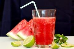 从红色西瓜的健康新圆滑的人饮料,石灰、薄菏和冰漂移 免版税库存图片