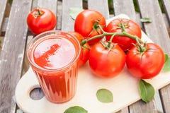 红色西红柿汁,切板, 库存照片