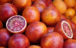红色西西里人的桔子在市场上 免版税库存图片
