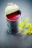 红色调味汁里面开放稀薄的罐头 库存图片