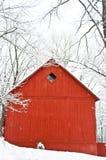 红色谷仓侧视图在冬天 免版税库存图片