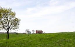 红色谷仓和农厂房子 免版税库存图片