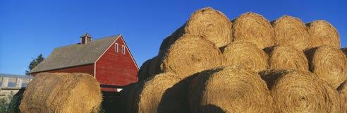 红色谷仓和干草堆,爱达荷秋天 库存照片