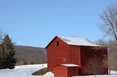 红色谷仓在冬天乡下 库存图片
