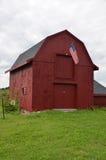 红色谷仓在夏时的新罕布什尔,美国 图库摄影