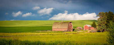 红色谷仓在爱达荷的农厂国家 库存照片