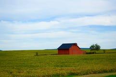 红色谷仓,在附近 免版税库存图片