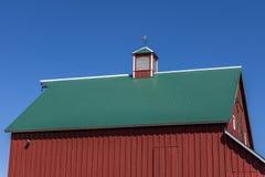 红色谷仓,绿色屋顶,蓝天, 库存图片
