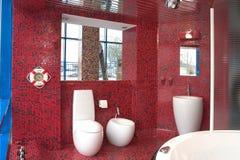 红色豪华卫生间 库存照片