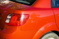 红色起亚汽车后面光 库存图片
