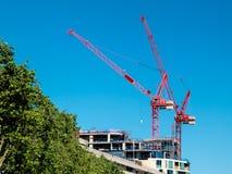 红色起重机在2013年6月14日的伦敦 库存照片