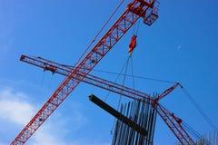 红色起重机在建筑 免版税库存图片