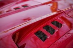 红色超体育汽车细节在帽子放气 免版税库存照片