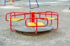 红色转盘在操场 童年,育儿,比赛的概念 免版税图库摄影