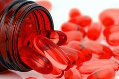 红色软的明胶胶囊 免版税库存照片