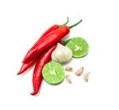 红色辣椒、大蒜和石灰柠檬在白色背景安排 库存图片