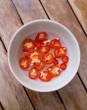 红色辣椒和醋在碗在木桌& x28上; 地方泰国seasoning& x29; 免版税图库摄影