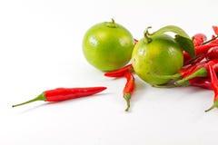 红色辣椒和绿色柠檬 免版税库存照片