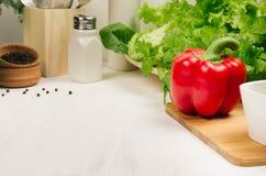红色辣椒粉胡椒和新鲜的叶子沙拉在白色木板,特写镜头,拷贝空间 库存图片