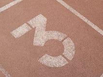 红色连续轨道在体育场内 免版税库存图片