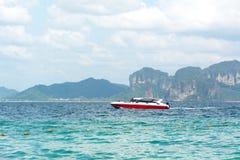 红色速度小船在海 免版税库存照片