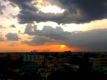 红色遮蔽了云彩太阳集合时间 库存图片