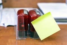 红色邮票在桌上的本文与一个绿色贴纸 办公室和学校概念 库存照片