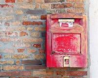 红色邮箱在哪里邮寄信和明信片 免版税库存照片