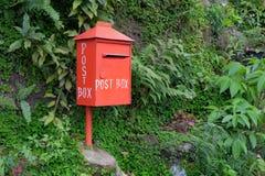 红色邮箱,从左边的看法 免版税库存图片