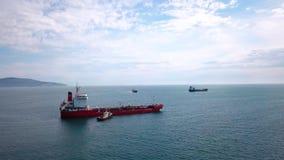 红色邮轮船鸟瞰图在水,近拖引船的,对口岸的入口 影视素材