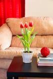 红色郁金香在现代客厅。 免版税库存照片