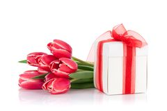 红色郁金香开花花束和礼物盒 库存照片