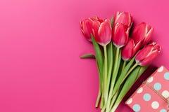 红色郁金香开花花束和礼物盒 库存图片