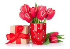 红色郁金香开花花束和礼物盒 免版税库存照片